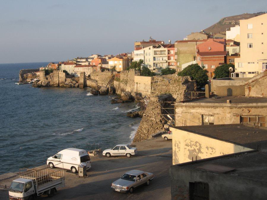 Mauer an der Küste von Sinop